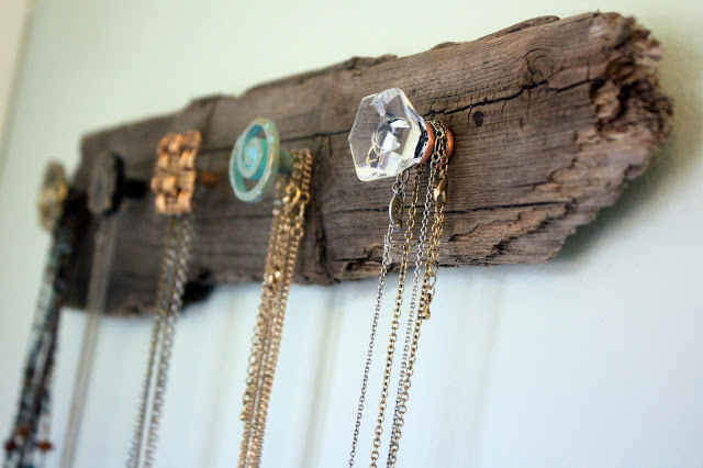 Do you love amazing rustic home DIYs? If you do, you will love these ideas! A piece of wood can easily be made into a jewelry hanger!