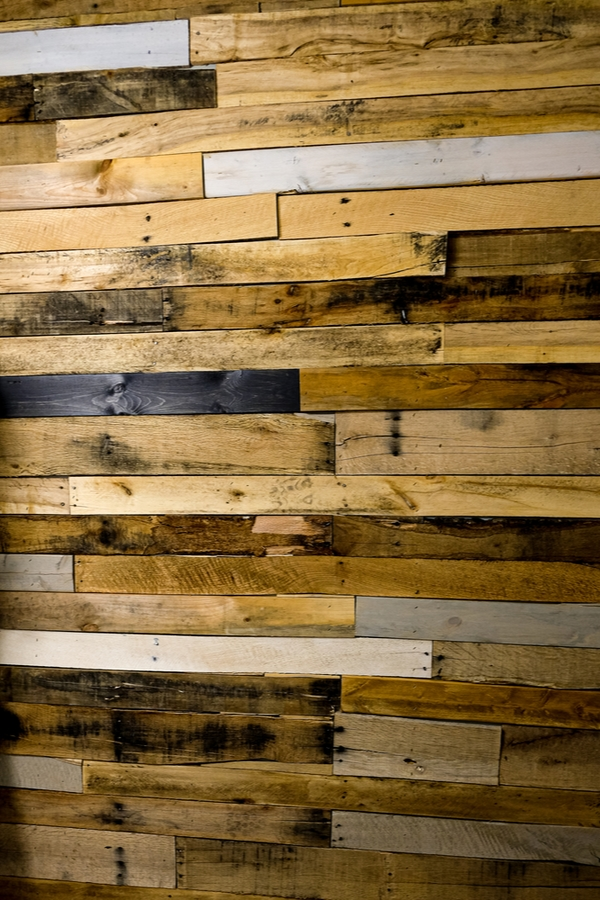 Do you love amazing rustic home DIYs? If you do, you will love these ideas! This reclaimed wood wall would be a great addition to any room.