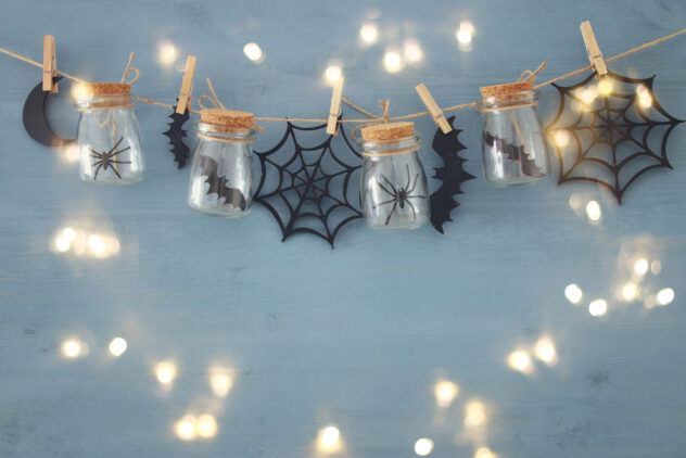 This Halloween mason jar garland is the perfect addition to your fall decor! Here are 20 spellbinding fall mason jar crafts DIY ideas!