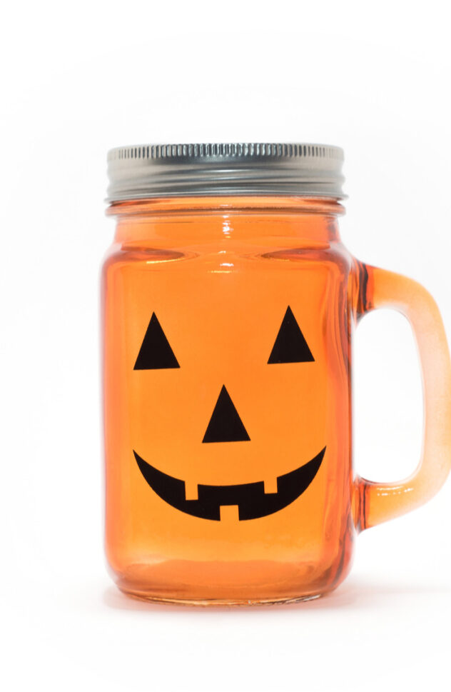 Jack O'Lantern jars are the perfect DIY for this fall! Here are 20 spellbinding fall mason jar crafts DIY ideas!