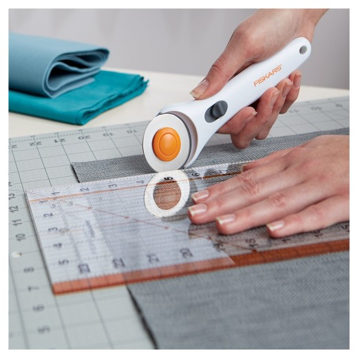 How to Use a Rotary Cutter {Safely & Effectively!}  How to Use a Rotary Cutter, Using a Rotary Cutter, Safe Ways to Use a Rotary Cutter, Crafts, Craft Projects, Rotary Cutter Craft Projects, Popular Pin #RotaryCutter #RotaryCutterCraftProjects #Crafts #CraftHacks
