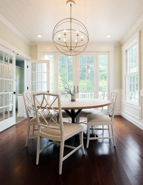 Modern Farmhouse Dining Room with Round Wooden Table and White Dining Chairs