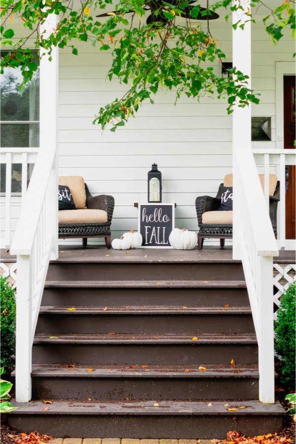 Everyone want to have a house that looking amazing all year long. These Fall porch decor ideas will definitely help your house stand out in the best way possible!
