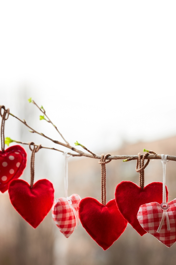 I love these adorable felt hearts! They are so classic and cute! For more primitive Valentines Day decor ideas, look here!