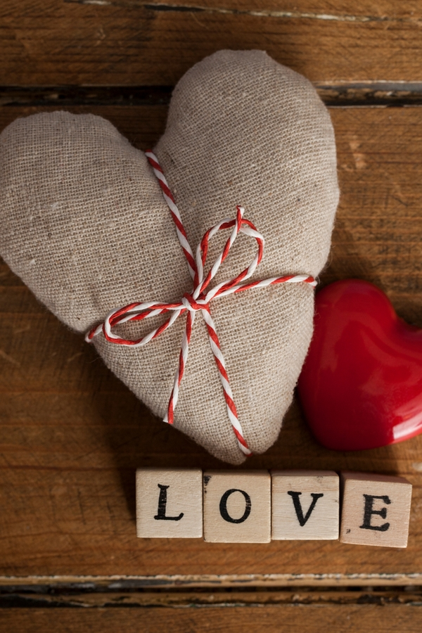 Burlap is a staple for rustic home decor. This burlap heart is perfect for Valentines Day. For more primitive Valentines Day decor ideas, look here!