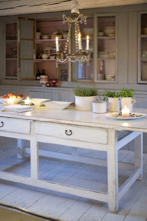 Today we're talking primitive kitchen farmhouse style. It's a fabulous combination of two complimentary design styles that we love here at Pickled Barrel. A cute primitive table makes a perfect kitchen island!