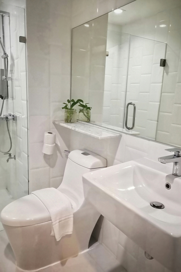Utilizing and decorating a small bathroom can be tricky, but it is possible to have a charming modern farmhouse bathroom in a small space! White is a classic modern farmhouse bathroom color. It keeps everything bright and clean.