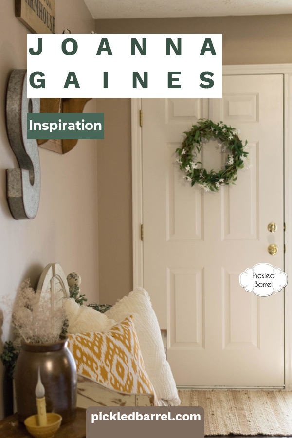 Joanna Gaines is the queen of everything farm house. She has inspired thousands with her warm and inviting use of mixed materials. This post is a lot of Joanna inspo for the living room. Read on to learn how you can make your living room look like Joanna designed it. #joannagainesinspiration #joannagaineslivingroom #pickledbarrelblog