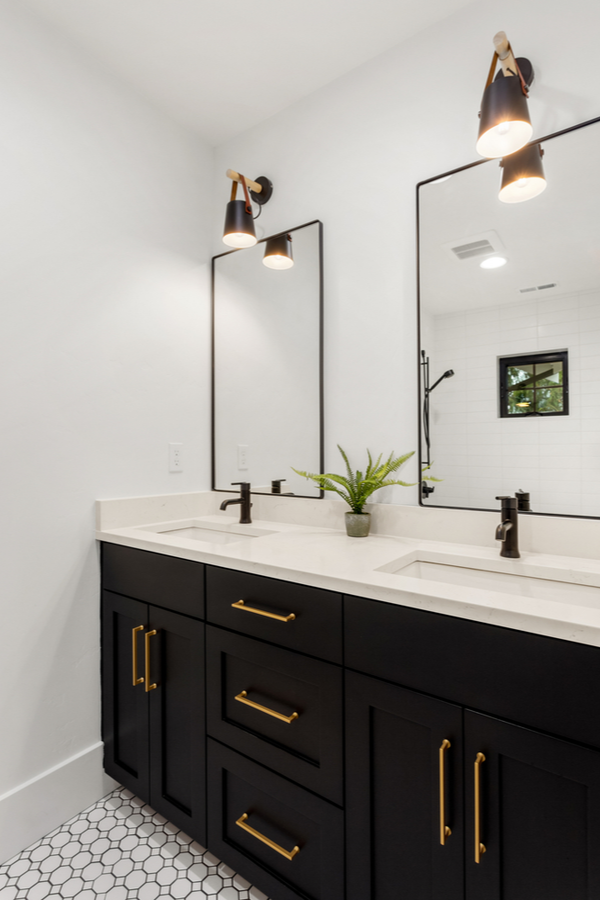Modern farmhouse bathroom ideas are always a welcome diversion. Here are some farmhouse bathroom ideas Joanna Gaines would approve of. Check them out!